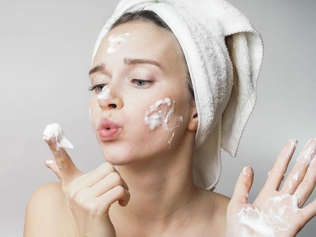 Tẩy trang và dùng sữa rửa mặt để làm sạch sâu làn da
