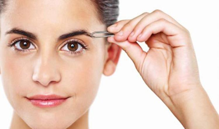 Tỉa lông mày thường xuyên để kích thích mày mọc nhiều và sắc nét